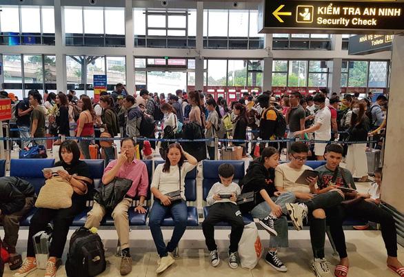 Ga quốc nội Tân Sơn Nhất đông nghẹt như bến xe đò - Ảnh 6.