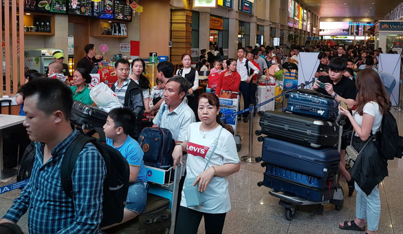Ga quốc nội Tân Sơn Nhất đông nghẹt như bến xe đò - Ảnh 7.