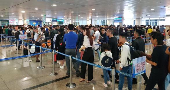 Ga quốc nội Tân Sơn Nhất đông nghẹt như bến xe đò - Ảnh 8.