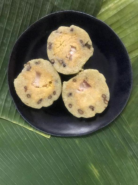 Nghệ sĩ Xuân Hương gói bánh tét kiểu ngày xưa ở Sài Gòn - Ảnh 1.