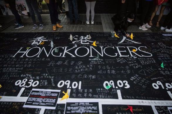 Cảnh sát Hong Kong đầu tiên bị bắt vì ủng hộ người biểu tình - Ảnh 1.
