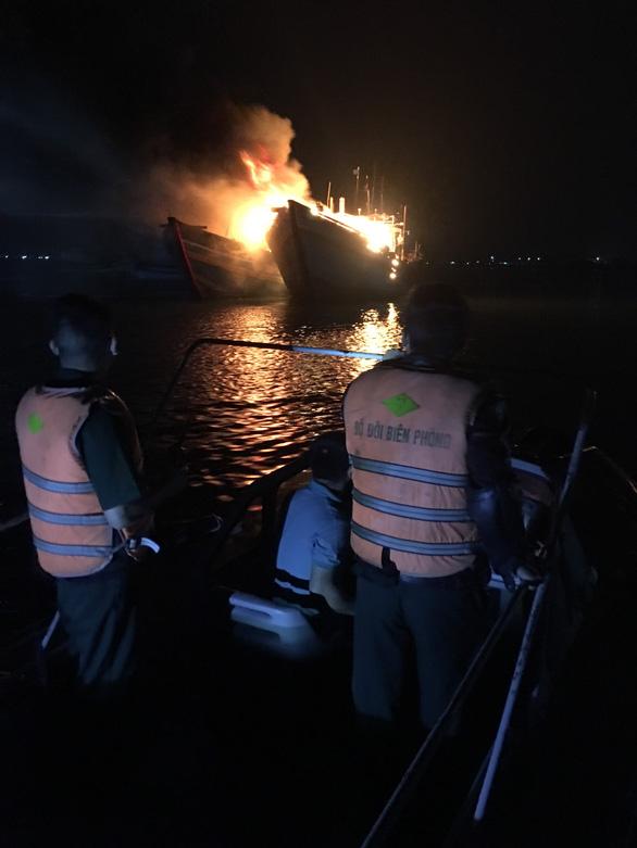 2 tàu cá cháy trụi nghi do chủ tàu đốt thuốc xông - Ảnh 2.