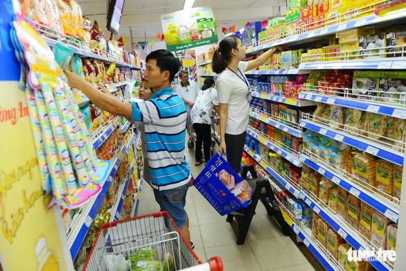 Gần Tết, hàng hóa dồi dào lại còn được giảm giá - Ảnh 1.