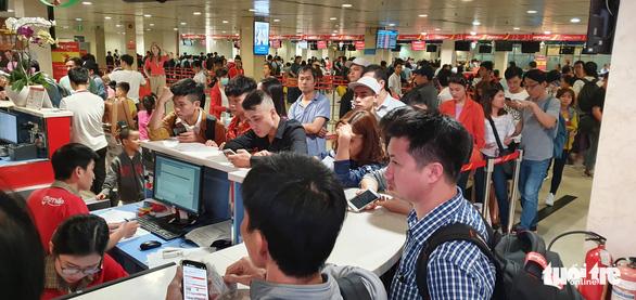 Ga quốc nội Tân Sơn Nhất đông nghẹt như bến xe đò - Ảnh 2.
