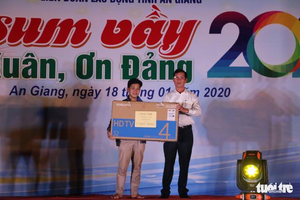 Trao tặng 220 suất quà cho công nhân trong đêm Tết sum vầy 2020 - Ảnh 3.