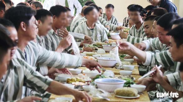 Bữa cơm tất niên ở trại giam - Ảnh 1.