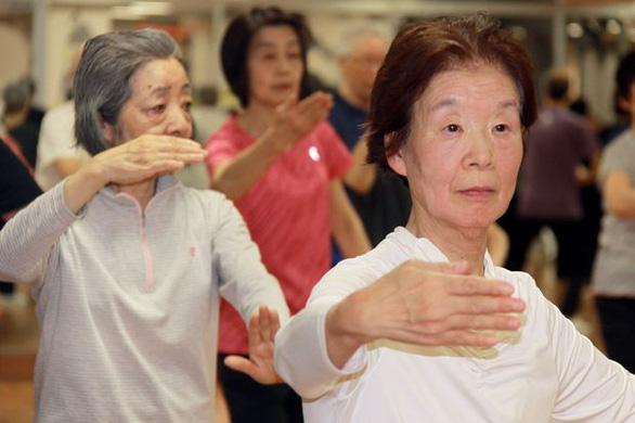 Những cụ già trăm tuổi lưng còng chống gậy đi... tập gym - Ảnh 2.