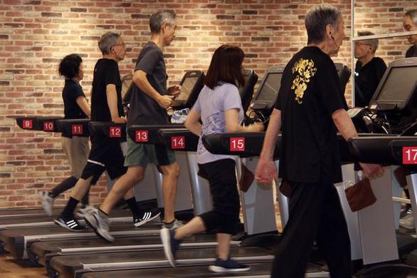 Những cụ già trăm tuổi lưng còng chống gậy đi... tập gym - Ảnh 3.