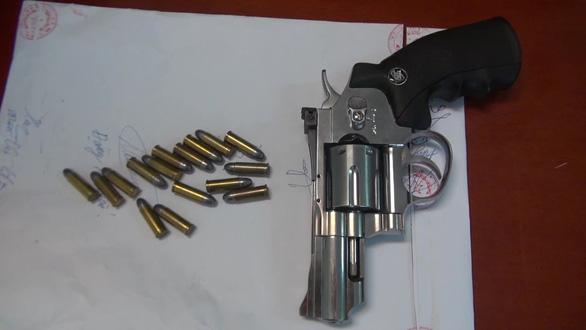 Tạm giữ 2 nghi phạm vận chuyển 10 bánh heroin, 4kg ma túy đá - Ảnh 4.