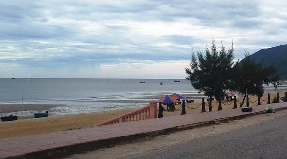 Chưa tìm thấy hai học sinh mất tích khi đi tắm biển - Ảnh 1.