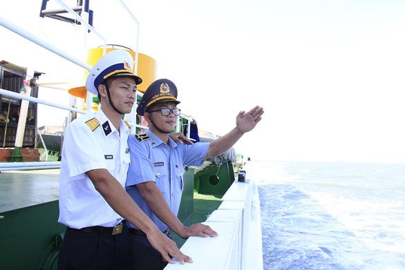 Anh lái tàu tiễn em ra biển quê hương - Ảnh 1.