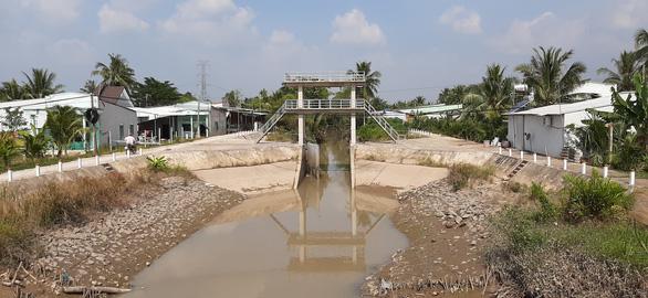 Vĩnh Long đóng cống Vũng Liêm để ngăn mặn - Ảnh 2.