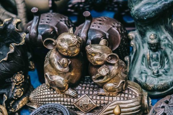 Độc đáo chợ đồ cổ mỗi năm họp một lần tại Hà Nội - Ảnh 1.