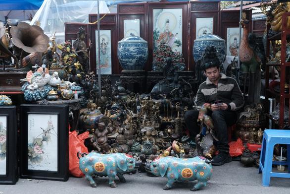 Độc đáo chợ đồ cổ mỗi năm họp một lần tại Hà Nội - Ảnh 2.