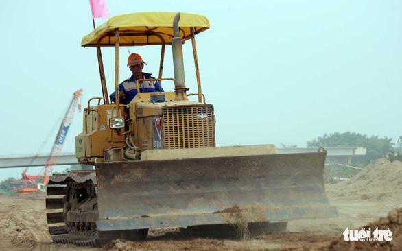 Công trường cao tốc Trung Lương - Mỹ Thuận thi công xuyên Tết - Ảnh 1.