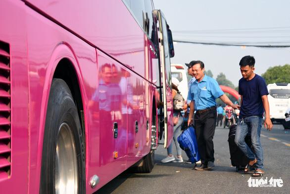 Đồng Nai: Hơn 200 chuyến xe miễn phí đưa công nhân về quê đón tết - Ảnh 2.