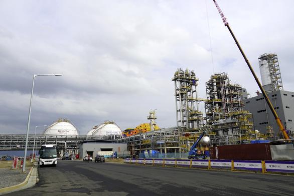 Dự án hóa chất tỉ đô đón tàu chở nguyên liệu để đi vào hoạt động - Ảnh 2.