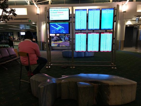 Hành khách chiếm màn hình sân bay để chơi game - Ảnh 1.