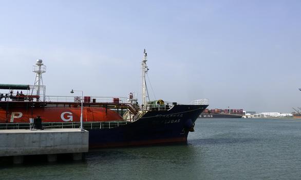 Dự án hóa chất tỉ đô đón tàu chở nguyên liệu để đi vào hoạt động - Ảnh 1.