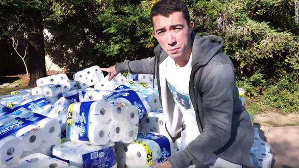 Bị chửi quá trời vì dùng 1 triệu cuộn giấy vệ sinh thấm nước bể bơi - Ảnh 1.