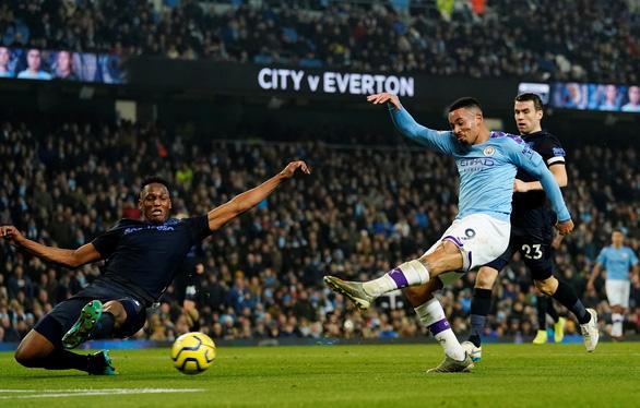 Jesus lập cú đúp, M.C buộc Everton thua trận đầu tiên cùng HLV Ancelotti - Ảnh 2.