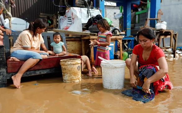 Mạng xã hội ngày đầu năm ở Jakarta ngập tràn lời kêu cứu - Ảnh 1.