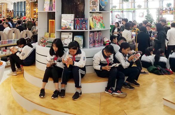 Bán sách: cuộc đua giữa nhà sách truyền thống và thương mại điện tử - Ảnh 1.