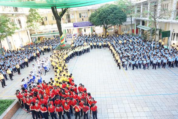 Học sinh hào hứng múa hát Việt Nam ơi sau khi thi học kỳ - Ảnh 2.