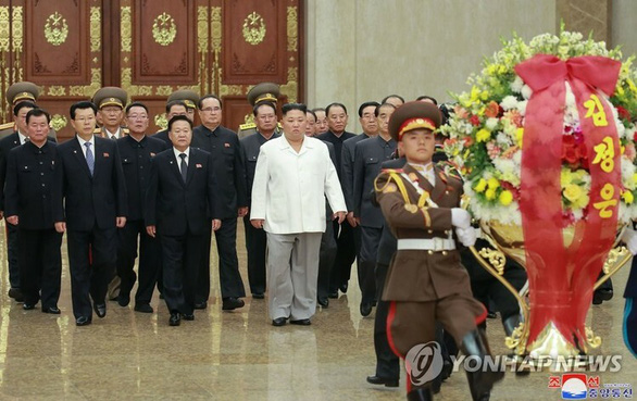 Lãnh đạo Triều Tiên Kim Jong Un (áo trắng) đến viếng Cung điện Mặt trời Kumsusan hồi tháng 10-2019 - Ảnh: KCNA