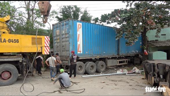 Xe container tông sập 2 nhà dân, tài xế tử vong trong cabin - Ảnh 2.
