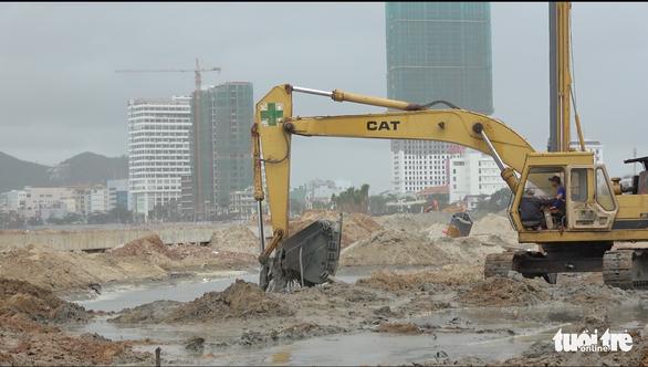 Dừng bơm hút, nạo vét cát để kiểm tra nguồn nước bẩn tràn ra biển Quy Nhơn - Ảnh 4.
