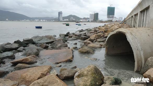 Dừng bơm hút, nạo vét cát để kiểm tra nguồn nước bẩn tràn ra biển Quy Nhơn - Ảnh 2.