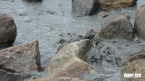 Dừng bơm hút, nạo vét cát để kiểm tra nguồn nước bẩn tràn ra biển Quy Nhơn - Ảnh 3.