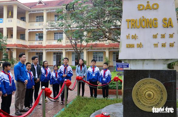 Tặng giấy khen cho trường đặt tên lớp theo các đảo ở Trường Sa - Ảnh 2.