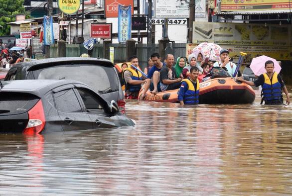 Nước ngập nhấn chìm thủ đô Indonesia ngay ngày đầu năm mới - Ảnh 2.