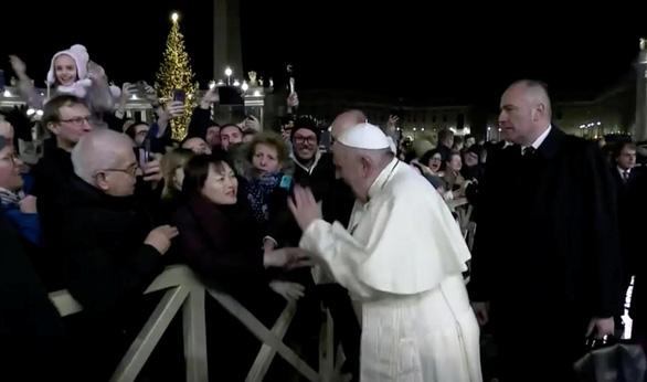 Giáo hoàng xin lỗi vì đã giận dữ đập tay người quá khích - Ảnh 1.