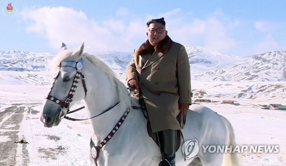 Triều Tiên chiếu phim tài liệu ông Kim Jong Un cưỡi ngựa lên núi Bạch Đầu - Ảnh 1.