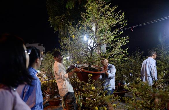 Chợ hoa không nói thách, người Sài Gòn vui vẻ mua hoa đến nửa đêm - Ảnh 5.