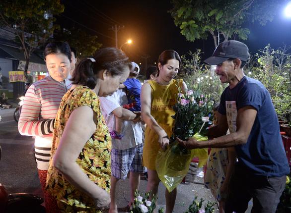 Chợ hoa không nói thách, người Sài Gòn vui vẻ mua hoa đến nửa đêm - Ảnh 7.
