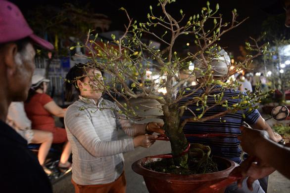 Chợ hoa không nói thách, người Sài Gòn vui vẻ mua hoa đến nửa đêm - Ảnh 3.