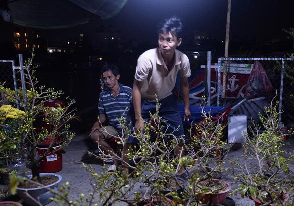 Chợ hoa không nói thách, người Sài Gòn vui vẻ mua hoa đến nửa đêm - Ảnh 8.