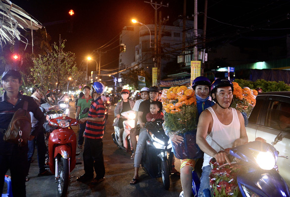 Chợ hoa không nói thách, người Sài Gòn vui vẻ mua hoa đến nửa đêm - Ảnh 4.