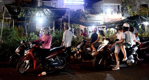 Chợ hoa không nói thách, người Sài Gòn vui vẻ mua hoa đến nửa đêm - Ảnh 2.