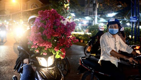 Chợ hoa không nói thách, người Sài Gòn vui vẻ mua hoa đến nửa đêm - Ảnh 6.