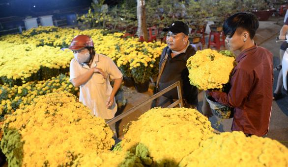 Chợ hoa không nói thách, người Sài Gòn vui vẻ mua hoa đến nửa đêm - Ảnh 1.