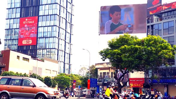 Quảng cáo bạc tỉ tràn ngập khắp nơi dịp Tết Canh Tý - Ảnh 2.