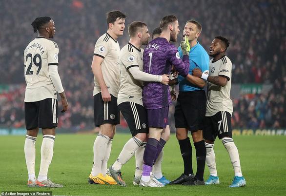 Van Dijk và Salah nổ súng, Liverpool thắng thuyết phục M.U tại Anfield - Ảnh 2.