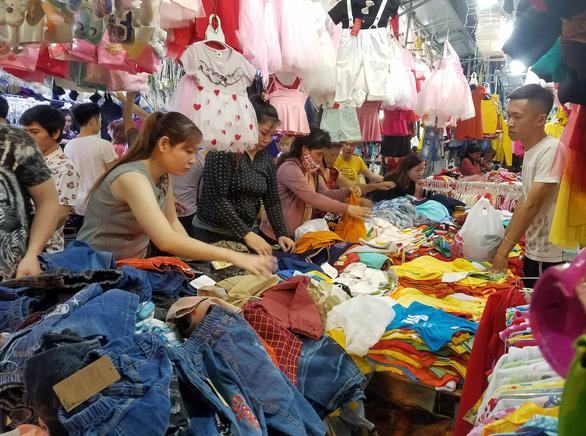 Công nhân săn quần áo tết giảm giá đến tối mịt - Ảnh 1.