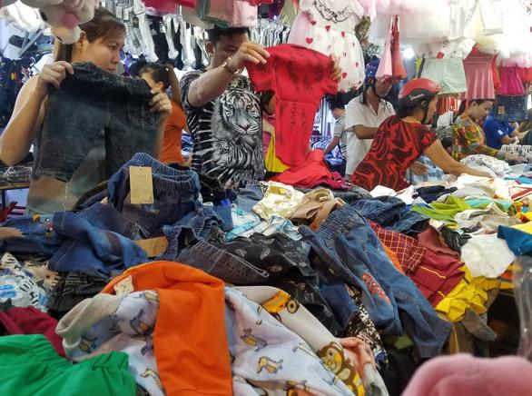 Công nhân săn quần áo tết giảm giá đến tối mịt - Ảnh 3.