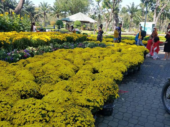 Sợ ngậm hàng, nhiều nhà vườn bắt đầu giảm giá hoa - Ảnh 1.